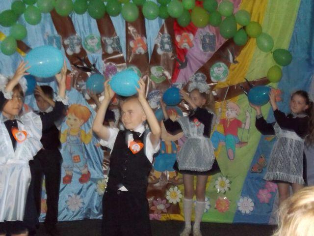 1.Вихід дітей «Танок із шарами» діти під музику
